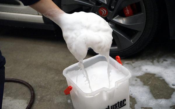 写真はシュアラスターのウォッシンググローブ。面積が広いので洗いやすく、やさしく洗う力加減が調整しやすいのでおすすめ。広い面積で洗うと、時短洗車にもつながります!